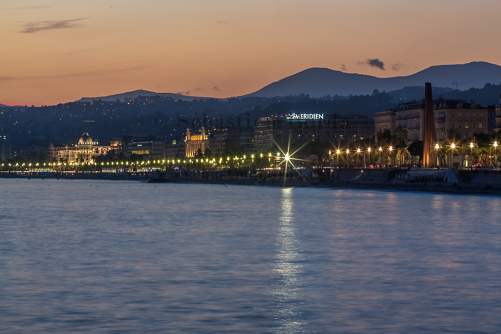 Vue de nuit sur la baie de Nice, des hôtels Méridien et Negresco  // View at night of Nice beach, Negresco and Méridien hotels