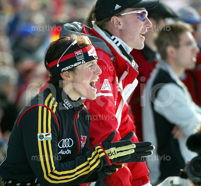Biathlon Weltmeisterschaft Hochfilzen 2005 4x6 km Staffel Damen Uschi Disl (li) mit ihrem Freund Hubert Bidner; sie feuert ihre Teamkolleginnen an