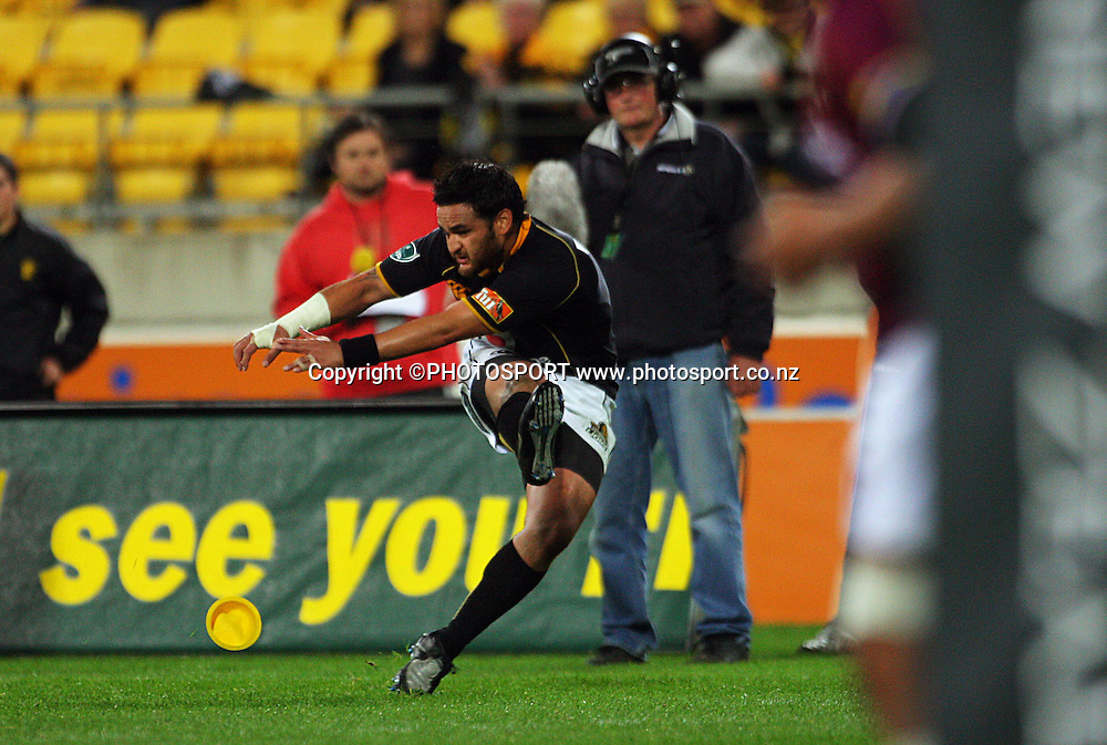Piri Weepu kicks for goal.<br /> Air NZ Cup semi-final. Wellington Lions v Southland Stags at Westpac Stadium, Wellington, New Zealand, Friday, 17 October 2008. Photo: Dave Lintott/PHOTOSPORT