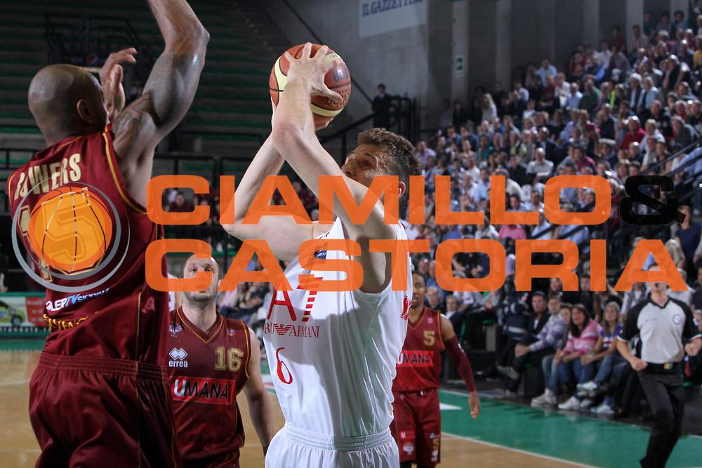 DESCRIZIONE : Treviso Lega A 2011-12 Umana Reyer Venezia EA7 Emporio Armani Milano Quarti di Finale Play off gara 3<br /> GIOCATORE : stefano mancinelli<br /> CATEGORIA : Tiro<br /> SQUADRA : Umana Reyer Venezia EA7 Emporio Armani Milano <br /> EVENTO : Campionato Lega A 2011-2012 Quarti di Finale Play off gara 3 <br /> GARA : Umana Reyer Venezia EA7 Emporio Armani Milano<br /> DATA : 22/05/2012<br /> SPORT : Pallacanestro <br /> AUTORE : Agenzia Ciamillo-Castoria/G.Contessa<br /> Galleria : Lega Basket A 2011-2012  <br /> Fotonotizia : Treviso Lega A 2011-12 Umana Reyer Venezia EA7 Emporio Armani Milano Quarti di Finale Play off gara 3<br /> Predefinita :