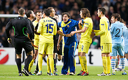 18.10.2011, City of Manchester Stadion, Manchester, ENG, UEFA CL, Gruppe A, Manchester City (ENG) vs FC Villarreal (ESP), im Bild Villarreal CF players and staff argue with the match officials after losing 2-1 to Manchester City in injury time  // during UEFA Champions League group A match between Manchester City (ENG) and FC Villarreal (ESP) at City of Manchester Stadium, Manchaster, United Kingdom on 18/10/2011. EXPA Pictures © 2011, PhotoCredit: EXPA/ Propaganda Photo/ Vegard Grott +++++ ATTENTION - OUT OF ENGLAND/GBR+++++