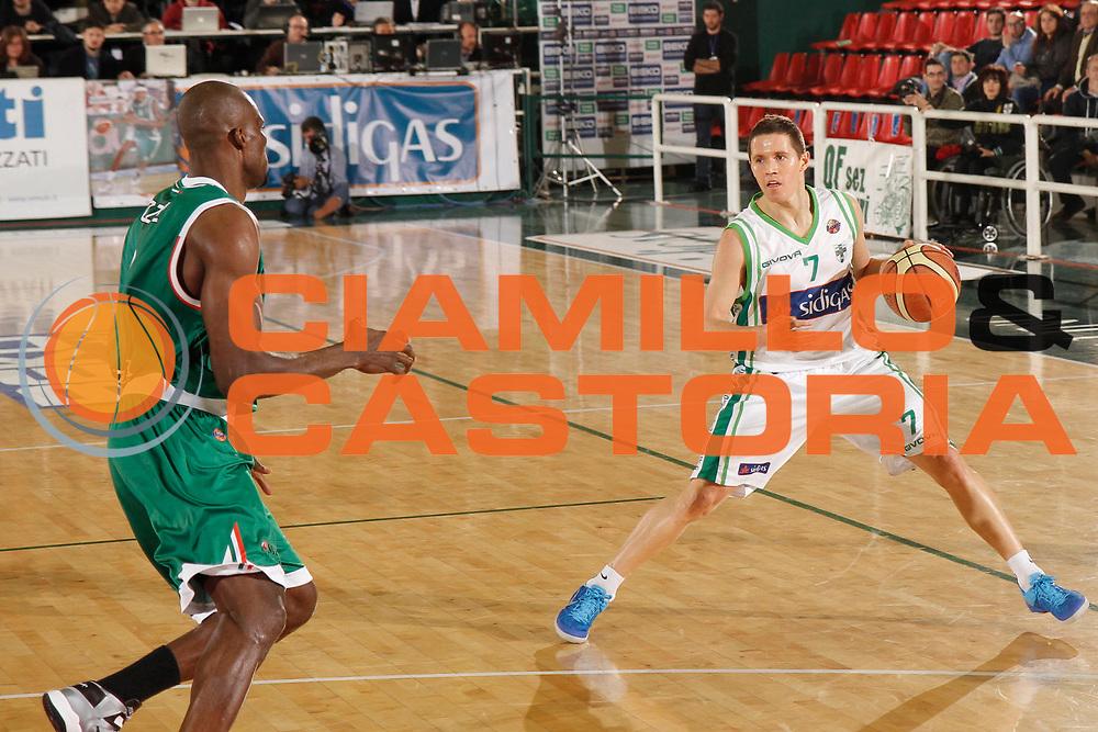 DESCRIZIONE : Avellino Lega A 2012-13 Sidigas Avellino Montepaschi Siena<br /> GIOCATORE : Jaka Lakovic<br /> CATEGORIA : palleggio<br /> SQUADRA : Sidigas Avellino<br /> EVENTO : Campionato Lega A 2012-2013 <br /> GARA : Sidigas Avellino Montepaschi Siena<br /> DATA : 01/04/2013<br /> SPORT : Pallacanestro <br /> AUTORE : Agenzia Ciamillo-Castoria/A. De Lise<br /> Galleria : Lega Basket A 2012-2013  <br /> Fotonotizia : Avellino Lega A 2012-13 Sidigas Avellino Montepaschi Siena