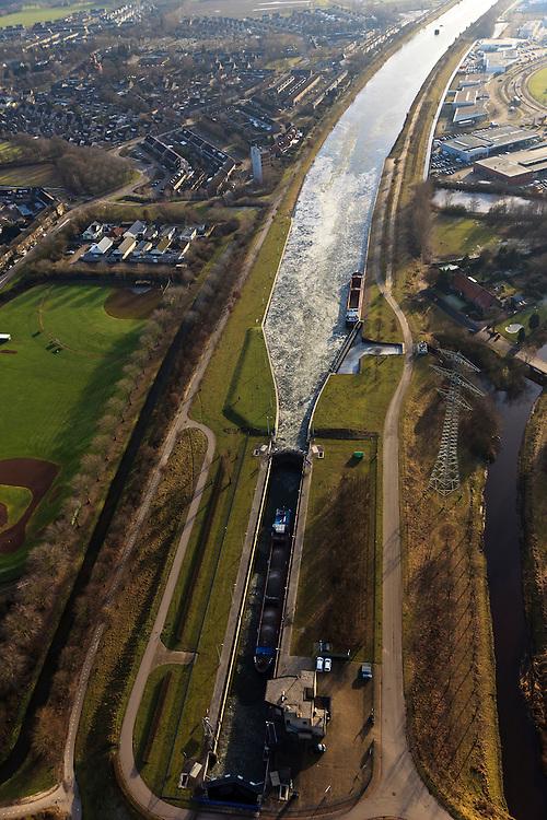 Nederland,Noord-Brabant , Helmond, 10-01-2011.De  Zuid-Willemsvaart naast een honkbalveld  in het zuiden van Helmond. De sluis zit vol ijs. The Zuid-Willemsvaart in the south of the village of  Helmond..luchtfoto (toeslag), aerial photo (additional fee required).foto/photo Siebe Swart