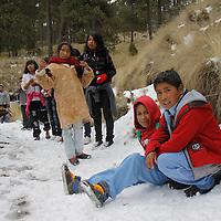 ZINACANTEPEC, Mex - Un grupo de 45 niños mazahuas que viven en un albergue en San Felipe del Progreso, como premio al haber obtenido buenas calificaciones en el ciclo escolar fueron premiados con una visita al Volcan Xinantecatl,  y por primera vez tuvieron contacto con la nieve, no les importo las bajas temperaturas y lo que tuvieron que caminar, ellos tenian la ilusion de jugar con la nieve. Agencia MVT / Crisanta Espinosa.