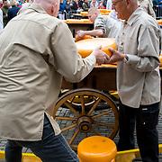 """NLD/Alkmaar/20180518 - Perspresentatie """"Nederland staat op tegen kanker"""" officiele start, kaasmarkt, kazen laden"""
