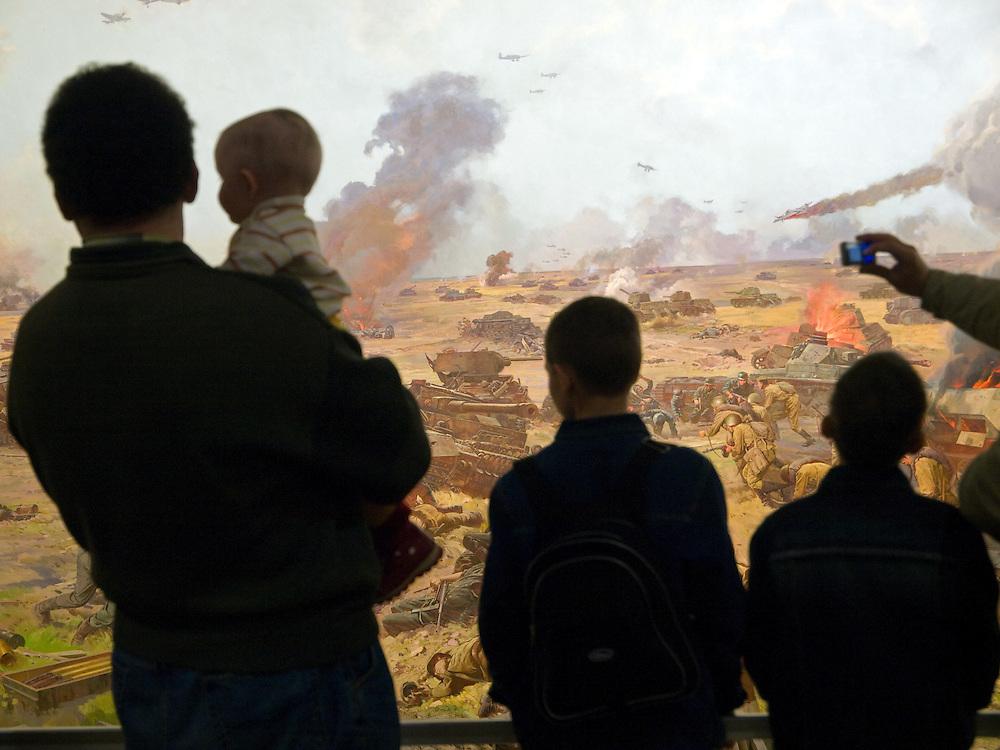 """Moskau/Russische Foederation, RUS, 10.05.2008: Kinder betrachtet ein drei dimensionales Diorama welches die Schlacht um Kursk waehrend des 2. Weltkriegs darstellt. Das ganze im Museum des Grossen Vaterlaendischen Krieges in Moskau. Das Museum befindet sich auf dem Berg """"Poklonnaja Gora"""". Verbunden damit ist der sogenannte Siegespark mit einer offenen Darstellung von militaerischen Fahrzeugen, Flugzeugen und Kanonen.<br /> <br /> Moscow/Russian Federation, RUS, 10.05.2008: Children viewing a three-dimensional model (diorama) about the Kursk battle during the Second World War at the Museum of the Great Patriotic War in Moscow at Poklonnaya Gora (Bowing Hill). Featured is the Victory Park with an open display of military vehicles, aircraft, cannons and the Central Museum building of the Great Patriotic War."""