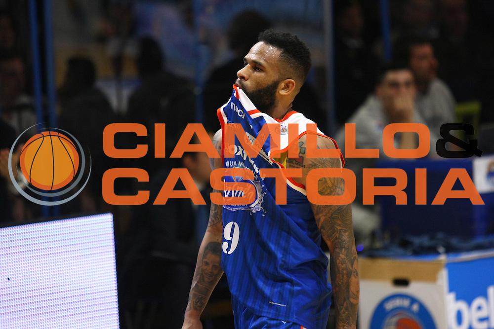 DESCRIZIONE : Cremona Lega A 2015-2016 Vanoli Cremona Acqua Vitasnella Cantu<br /> GIOCATORE :  Walter Hodge<br /> SQUADRA : Acqua Vitasnella Cantu<br /> EVENTO : Campionato Lega A 2015-2016<br /> GARA : Vanoli Cremona Acqua Vitasnella Cantu<br /> DATA : 03/04/2016<br /> CATEGORIA : Ritratto Delusione<br /> SPORT : Pallacanestro<br /> AUTORE : Agenzia Ciamillo-Castoria/F.Zovadelli<br /> GALLERIA : Lega Basket A 2015-2016<br /> FOTONOTIZIA : Cremona Campionato Italiano Lega A 2015-16  Vanoli Cremona Acqua Vitasnella Cantu<br /> PREDEFINITA : <br /> F Zovadelli/Ciamillo