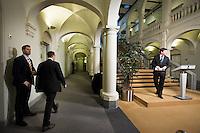 Nederland. Den Haag, 12 januari 2010.<br /> Minister-president Jan Peter Balkenende reageert op het rapport van de commissie Davids. Irak rapport. De commissie onderzocht de besluitvorming van het kabinet met betrekking tot het steunen van de inval van de Amerikanen in Irak. Persconferentie in de hal van het ministerie van Algemene Zaken<br /> Foto Martijn Beekman
