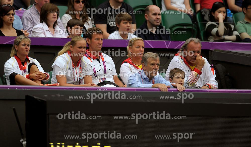 02.08.2012, Olympische Sommerspiele 2012 in London, Tennis in Wimbledon, Damen Viertelfinale,  Die Betreuer und Trainerbox von Angelique Kerber (GER) auf dem Centre-Court. vorne rechts: Georg Freiherr von Waldenfels, Ex-DTB-Präsident...*Copyright by:  M.i.S.-Sportpressefoto, I N N S B R U C K E R S T R . 12, 87719 M I N D E L H E I M, Tel: 08261/20944,  (MAIL: misbernd@t-online.de, Homepage: www.mis.mn)