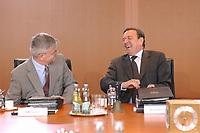 25 JUN 2003, BERLIN/GERMANY:<br /> Joschka Fischer (L), B90/Gruene, Bundesaussenminister, und Gerhard Schroeder (R), SPD, Bundeskanzler, sich recht amuesiert, vor Beginn der Kabinettsitzung, Bundeskanzleramt<br /> IMAGE: 20030625-01-020<br /> KEYWORDS: Kabinett, Sitzung, Gespräch, Aktentasche, freundlich, lachen, lacht