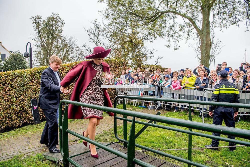 24-10-2017 - EEMNES  - Aankomst bij Gemaal Eemnes   Koning Willem-Alexander en Koningin Maxima  .  Streekbezoek van Koning Willem-Alexander en Koningin Maxima aan Eemland, Provincie Utrecht, dinsdag 24 oktober 2017 Copyright Robin Utrecht<br /> <br /> <br /> 24-10-2017 - EEMNES - Arrival at Gemaal Eemnes King Willem-Alexander and Queen Maxima. Regional visit of King Willem-Alexander and Queen Maxima to Eemland, Province of Utrecht, Tuesday, October 24, 2017 Copyright Robin Utrecht