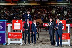 LYNCH Denis (IRL), GC Chopin´s Bushi<br /> LANGFELD Dr Harald (Vorstand Sparkasse Leipzig), WULFF Volker (Veranstalter EnGarde), JUNG Burkhhard (OB Leipzig), ERMRICH Dr. Michael (Geschäftsführung Ostdeutscher Sparkassen Verband)<br /> Leipzig - Partner Pferd 2020<br /> Siegerehrung<br /> Longines FEI Jumping World Cup™ presented by Sparkasse<br /> Sparkassen Cup - Großer Preis von Leipzig FEI Jumping World Cup™ Wertungsprüfung <br /> Springprüfung mit Stechen, international<br /> Höhe: 1.55 m<br /> 19. Januar 2020<br /> © www.sportfotos-lafrentz.de/Stefan Lafrentz