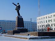 Reinigungskr&auml;fte beseitigen Schnee an der Lenin Skulptur auf dem Lenin Platz im Zentrum von Jakutsk. Jakutsk hat 236.000 Einwohner (2005) und ist Hauptstadt der Teilrepublik Sacha (auch Jakutien genannt) im Foederationskreis Russisch-Fernost und liegt am Fluss Lena. Jakutsk ist im Winter eine der kaeltesten Grossstaedte weltweit mit durchschnittlichen Winter Temperaturen von -40.9 Grad Celsius. Die Stadt ist nicht weit entfernt von Oimjakon, dem Kaeltepol der bewohnten Gebiete der Erde. Die Stadt ist nicht weit entfernt von Oimjakon, dem Kaeltepol der bewohnten Gebiete der Erde.<br /> <br /> People are cleaning snow around around the Lenin sculpture at Lenin square in Yakutsk. Yakutsk is a city in the Russian Far East, located about 4 degrees (450 km) below the Arctic Circle. It is the capital of the Sakha (Yakutia) Republic (formerly the Yakut Autonomous Soviet Socialist Republic), Russia and a major port on the Lena River. Yakutsk is one of the coldest cities on earth, with winter temperatures averaging -40.9 degrees Celsius.