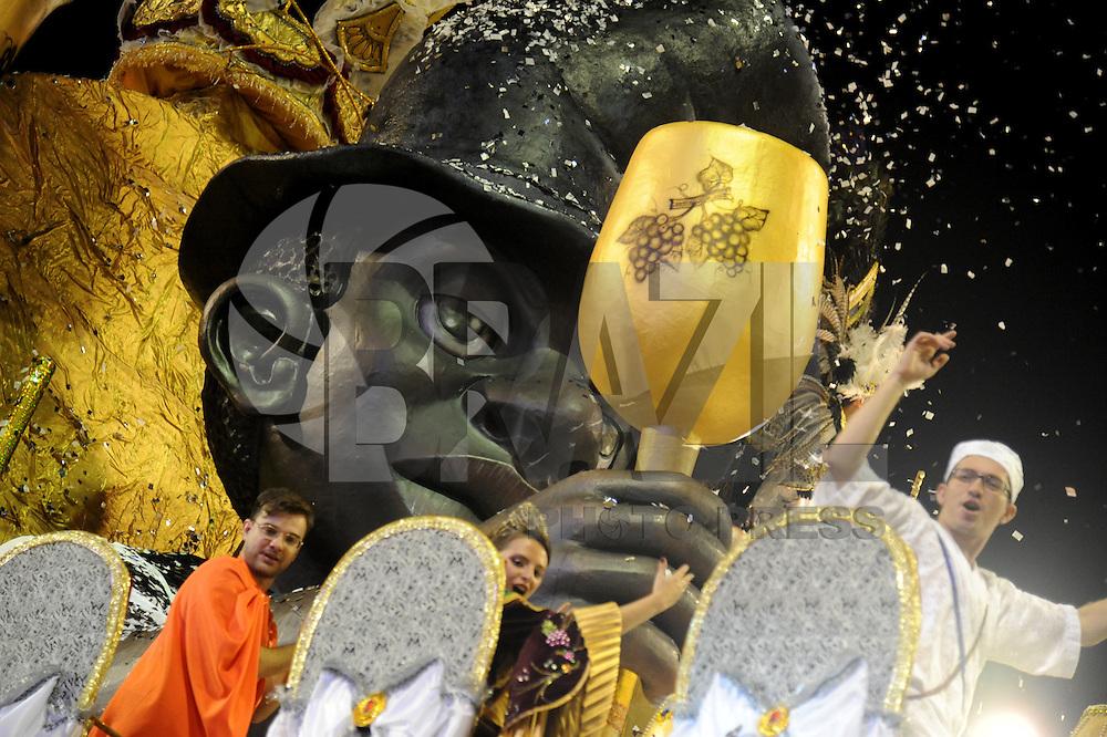 SAO PAULO, SP, 09 DE FEVEREIRO DE 2013 - VAI-VAI - Carro alegorico da escola de samba Vai Vai durante desfile no primeiro dia do Grupo Especial no Sambódromo do Anhembi na região norte da capital paulista, na madrugada deste sábado, 09. (FOTO: Guilherme Kastner / BRAZIL PHOTO PRESS).
