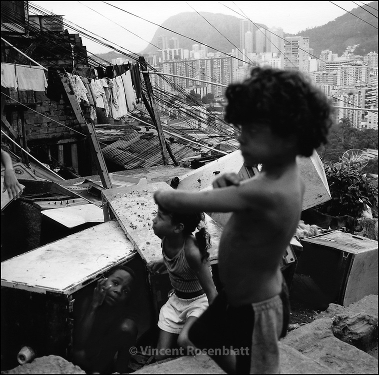 Playing hide and seek in Santa Marta favela.. ||.Brincando na favela Santa Marta.