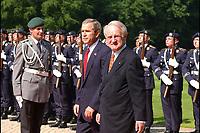 23 MAY 2002, BERLIN/GERMANY:<br /> George W. Bush (L), Praesident U.S.A., und Johannes Rau (R), Bundespraesident, nach dem Abschreiten der Front des Wachbataillons der Bundeswehr, waehrend dem Empfang von Bush mit militaerischen Ehren, Schloss Bellevue<br /> George W. Bush (L), President of the United Staates of America, and Johannes Rau (R), Federal President of Germany, Palace Bellevue<br /> IMAGE: 20020523-01-028<br /> KEYWORDS: USA, Präsident, George Bush, militärische Ehren, militärischen Ehren, Soldaten, soldiers, Soldat, soldier