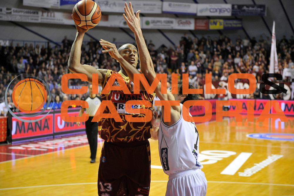 DESCRIZIONE : Venezia Lega A 2015-16 Umana Reyer Venezia - Dolomiti Energia Trentino<br /> GIOCATORE : Josh Owens<br /> CATEGORIA : Tiro<br /> SQUADRA : Umana Reyer Venezia - Dolomiti Energia Trentino<br /> EVENTO : Campionato Lega A 2015-2016 <br /> GARA : Umana Reyer Venezia - Dolomiti Energia Trentino<br /> DATA : 28/12/2015<br /> SPORT : Pallacanestro <br /> AUTORE : Agenzia Ciamillo-Castoria/M.Gregolin<br /> Galleria : Lega Basket A 2015-2016  <br /> Fotonotizia :  Venezia Lega A 2015-16 Umana Reyer Venezia - Dolomiti Energia Trentino