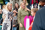 Koningin Maxima en prinses Mabel tijdens de Conferentie voor Mental Health and Psychosocial Support in het Koninklijk Instituut voor de Tropen. <br /> <br /> Queen Maxima and Princess Mabel during the Conference for Mental Health and Psychosocial Support at the Royal Tropical Institute.<br /> <br /> Op de foto / On the photo:  Aankomst Prinses Mabel / Arrival of Princess Mabel
