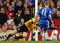 Fotball<br /> Champions League 2004/05<br /> Chelsea v Bayern München<br /> 6. april 2005<br /> Foto: Digitalsport<br /> NORWAY ONLY<br /> Chelsea's Damien Duff has his shot saved by Bayern Munich's 'keeper Oliver Kahn