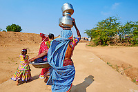 Inde, Gujarat, Kutch, village de Ludia, population d'ethnie Harijan,femmes venuent chercher de l'eau au puits // India, Gujarat, Kutch, Ludia village, Harijan ethnic group, women at water well