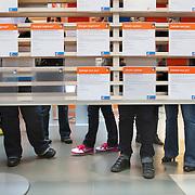 Nederland Rotterdam 26-03-2009 20090326 Foto: David Rozing ..Serie UWV, vmbo leerlingen bekijken folders  UWV Werkbedrijf lokatie Schiekade centrum Rotterdam, de vroegere arbeidsbureaus ( CWI UWV ) De werkloosheid in Nederland begint op te lopen. Dat blijkt uit de jongste cijfers die het Centraal Bureau voor de Statistiek (CBS) de oorzaak is de krediet crisis Holland, The Netherlands, dutch, Pays Bas, Europe,  , jonge, jonge, jongeren, drukte, mensen,  economische, financien, financiele, krimp, krimpen, nederlandse, economy..Foto: David Rozing