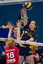 07-12-2014 GER: USC Muenster - Schweriner SC, Munster<br /> Block Leonie Schwertmann (#18 Muenster) - Angriff Lonneke Sloetjes (#5 Schwerin)<br /> <br /> ***NETHERLANDS ONLY***