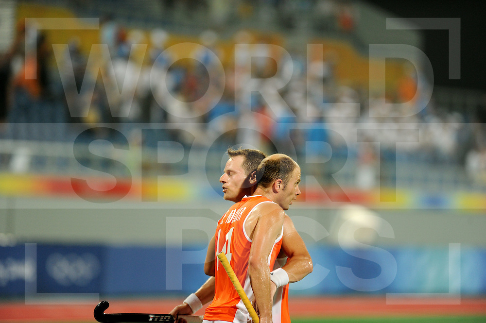 Beijing Olympic Green Hockey Stadium - Hockey.Netherlands v Great Britain men 1-0.Match winner Taeke Taekema en spelmaker Teun de Nooijer omhelzen elkaar na afloop van de wedstrijd..photo:wsp/Frank Uijlenbroek.