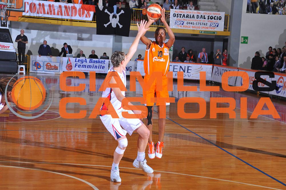 DESCRIZIONE : Schio Lega A1 Femminile 2009-10 Play Off Finale Gara 1 Famila Wuber Schio Cras Basket Taranto<br /> GIOCATORE : Rose Tillis<br /> SQUADRA : Famila Wuber Schio Cras Basket Taranto<br /> EVENTO : Campionato Lega A1 Femminile 2009-2010<br /> GARA : Famila Wuber Schio Cras Basket Taranto<br /> DATA : 05/05/2010<br /> CATEGORIA : Tiro Three Points<br /> SPORT : Pallacanestro<br /> AUTORE : Agenzia Ciamillo-Castoria/M.Gregolin<br /> Galleria : Lega Basket Femminile 2009-2010<br /> Fotonotizia : Schio Campionato Italiano Femminile Lega A1 2009-2010 Play Off Finale Gara 1 Famila Wuber Schio Cras Basket Taranto<br /> Predefinita :