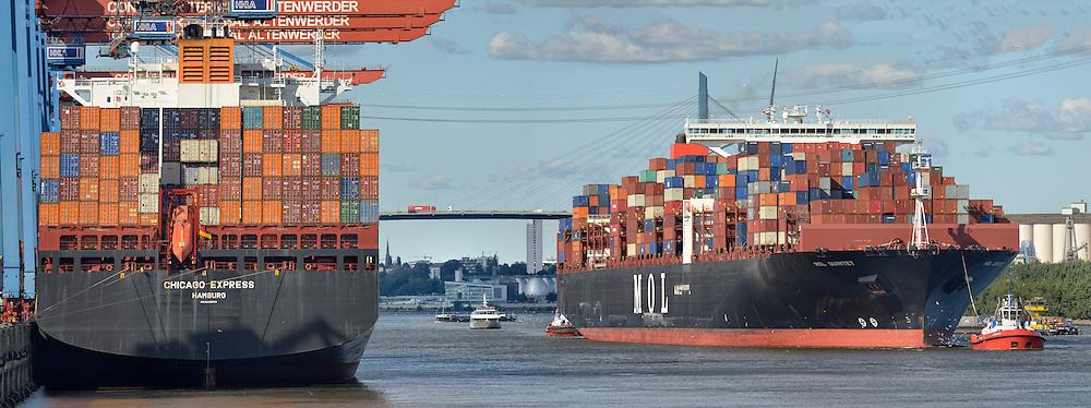 Containerschiff Mol Quintet wird von Schleppern gezogen und Chicago Express steht schon am Containerterminal Altenwerder
