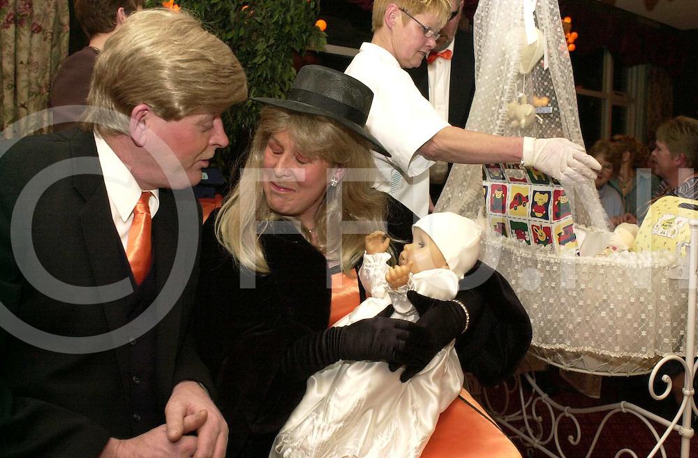 fotografie frank uijlenbroek&copy;2004 frank uijlenbroek<br /> 040117 markelo ned<br /> Kraomschudden Amalia in Hsverkamp.<br /> PWA en Maxiama met de baby in de handen.