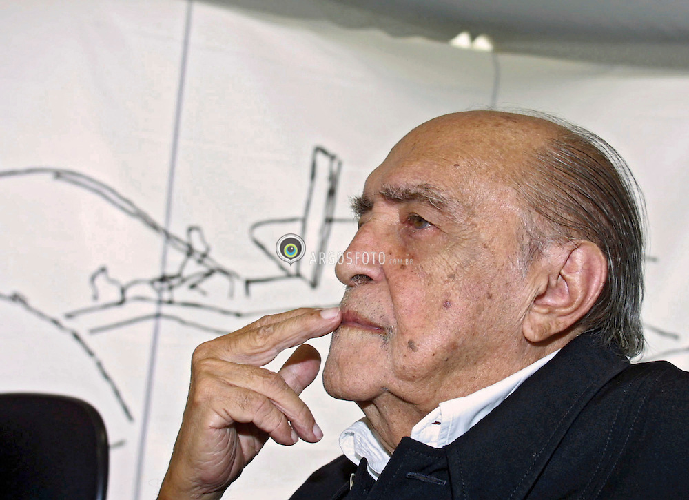 Sao Paulo, SP, Brasil - 05/12/02.O arquiteto Oscar Niemeyer, autor do projeto, supervisionando as obras do Auditorio do Ibirapuera. / Oscar Niemeyer is a Brazilian architect, considered one of the most important names in international modern architecture. Niemeyer during the presentation of The Ibirapuera Auditorium. .