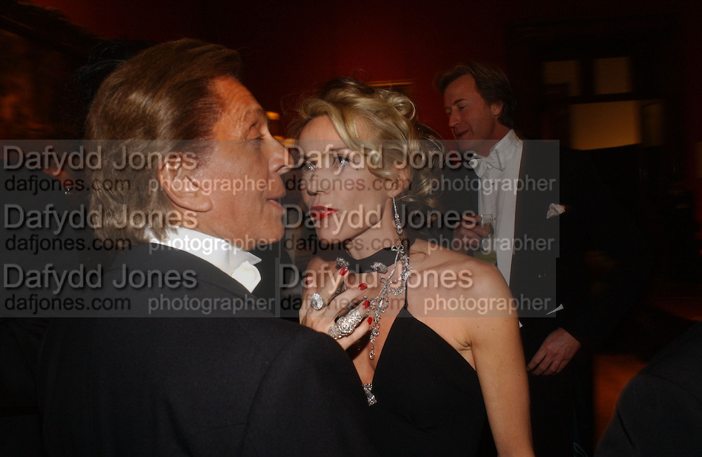 Daphne guinness and  Valentino, Belle Epoche gala fundraising dinner. National Gallery. 16 March 2006. ONE TIME USE ONLY - DO NOT ARCHIVE  © Copyright Photograph by Dafydd Jones 66 Stockwell Park Rd. London SW9 0DA Tel 020 7733 0108 www.dafjones.com