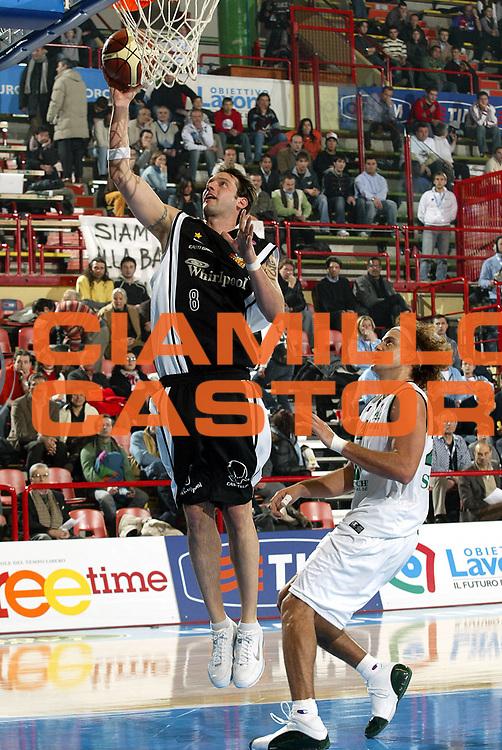 DESCRIZIONE : Forli Lega A1 2005-06 Coppa Italia Final Eight Tim Cup Montepaschi Siena Whirlpool Varese<br />GIOCATORE : Albano<br />SQUADRA : Whirlpool Varese<br />EVENTO : Campionato Lega A1 2005-2006 Coppa Italia Final Eight Tim Cup Quarti Finale<br />GARA : Montepaschi Siena Whirlpool Varese <br />DATA : 16/02/2006<br />CATEGORIA : Tiro<br />SPORT : Pallacanestro<br />AUTORE : Agenzia Ciamillo-Castoria/S.Ceretti