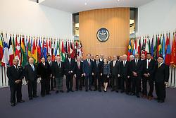 UN-Generalsekret‰r Ban Ki Moon mit Ehefrau bei seinem Besuch im Internationalen Seegerichtshof und den Richtern beim Gruppenbild vor dem Gerichtssaal<br /> 20 Jahre Internationaler Seegerichtshof Hamburg<br />   / 071016<br /> <br /> ***Ceremony 20 years International Maritime Court (Internationaler Seegerichtshof) in Hamburg, Germany, October 07, 2016 ***