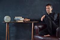 איתי מאוטנר<br /> צולם בחנות <br /> bloom field<br /> design-art-fashion<br /> אמנות <br /> עיצוב<br /> אופנה<br /> קרדיט - ניר כפרי <br /> המנהל האמנותי של עונת התרבות בירושלים