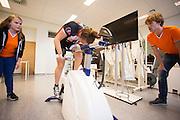 Op de VU in Amsterdam doet een rijder een zogenaamde wingate test voor een mogelijke recordpoging. In september wil het Human Power Team Delft en Amsterdam, dat bestaat uit studenten van de TU Delft en de VU Amsterdam, tijdens de World Human Powered Speed Challenge in Nevada een poging doen het wereldrecord snelfietsen voor vrouwen te verbreken met de VeloX 7, een gestroomlijnde ligfiets. Het record is met 121,44 km/h sinds 2009 in handen van de Francaise Barbara Buatois. De Canadees Todd Reichert is de snelste man met 144,17 km/h sinds 2016.<br /> <br /> At the VU Amsterdam a rider is tested for a record attempt. With the VeloX 7, a special recumbent bike, the Human Power Team Delft and Amsterdam, consisting of students of the TU Delft and the VU Amsterdam, also wants to set a new woman's world record cycling in September at the World Human Powered Speed Challenge in Nevada. The current speed record is 121,44 km/h, set in 2009 by Barbara Buatois. The fastest man is Todd Reichert with 144,17 km/h.