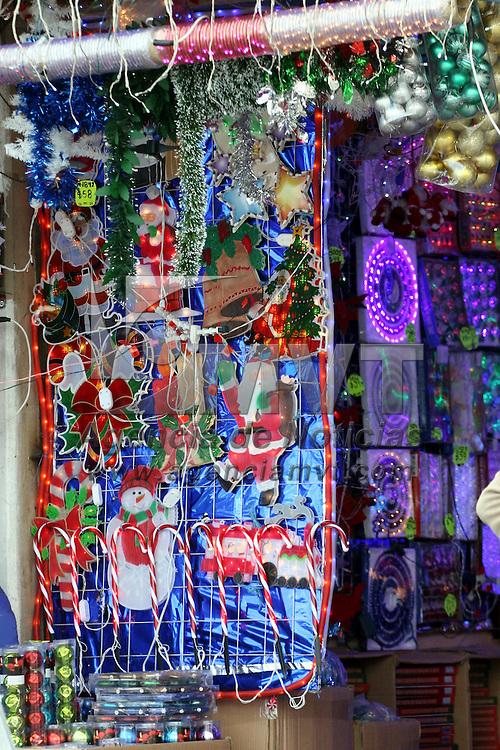 Toluca, México.- Las ventas de artículos navideños como luces, esferas y muñecos inflables se ha incrementado sobre todo en el corredor de Isidro Fabela, en donde la gente busca precios accesibles para poder celebrar la Navidad. Agencia MVT / José Hernández