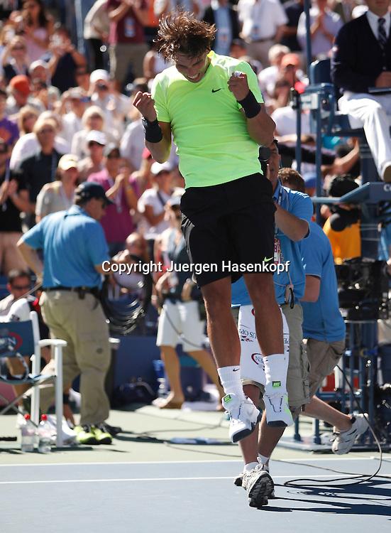 US Open 2010, USTA Billie Jean King National Tennis Center, Flushing Meadows, New York,ITF Grand Slam Tennis Tournament . Rafael Nadal (ESP) springt hoch und jubelt nach seinem Sieg,Emotion