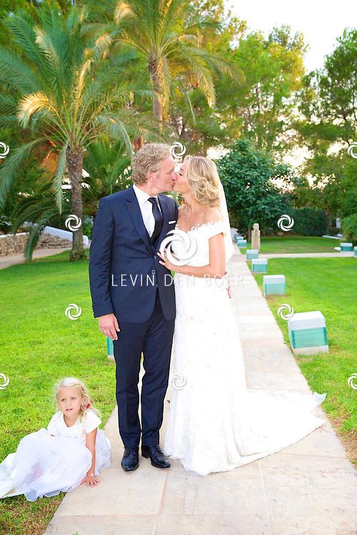 IBIZA / SANTA EULARIA DES RIU - Op het eiland Ibiza hebben Erland Galjaard en Wendy van Dijk elkaar het ja woord gegeven. Onder het genot van een drankje en de ondergaande zon mocht de pers de twee pasgetrouwde op de foto zetten op het landgoed van het hotel Agroturismo Atzaro. Onder de negentig gasten was onder andere Jan Taminiau, die de jurk van Wendy heeft ontworpen. FOTO LEVIN DEN BOER - PERSFOTO.NU