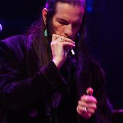 NLD/Amsterdam/20050718 - Concert Willy DeVille pakt een sigaret