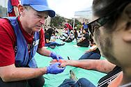 当地时间10月15日,医疗人员为一名模拟受伤的&ldquo;伤者&rdquo;救治。当天,在美国加利福尼亚州洛杉矶举行了第八届年度全球最大规模地震演习&ldquo;大摇晃&rdquo; (Great ShakeOut). 主办机构表示,加州有1,004万人签署参与,在全球其他地震区也有超过2000万人参与。(新华社发 赵汉荣摄)<br /> Members of Search And Rescue team give treatment to a mock victim during California's annual full-scale earthquake drill to prepare for a potential magnitude-6.7 earthquake in Los Angeles, California, Thursday, October. 15, 2015. About 10.4 million Californians and 21.5 million people worldwide who took part in safety drills and aftermath and recovery exercises in observance of the eighth annual Great ShakeOut.  (Xinhua/Zhao Hanrong)(Photo by Ringo Chiu/PHOTOFORMULA.com)