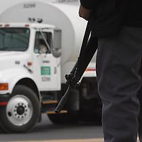 Toluca, Méx.- Elementos de las fuerzas especiales de la PFP tomaron este dia el control y seguridad de las inatalaciones de la planta abastecedora de PEMEX, instalando camaras de seguridad, supervizando los camiones de salida con combustible y escoltandolos hasta las gasolineras de destino, ademas 120 efectivos policiacos se instalaron en un campamento permanente, de igaul forma se efectuo el operativo en la planta de Tula Hidalgo. Agencia MVT / Mario Vazquez de la Torre. (DIGITAL)<br /> <br /> NO ARCHIVAR - NO ARCHIVE