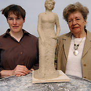 Beeld Sylvia Millecam met haar moeder Leny Millecam Noltenius van Elsbroek en kunstenares Margriet Hovens