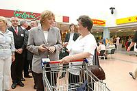 22 JUL 2003, FREITAL/GERMANY:<br /> Angela Merkel, CDU Bundesvorsitzende und CDU/CSU Fraktionsvorsitzende, im Gespraech mit einer Frau mit Einkaufswagen, waehrend dem Besuch des Weißritzparks mit BUGA-Einkaufscenter<br /> IMAGE: 20030722-01-084<br /> KEYWORDS: Gespräch, Bürger, Buerger