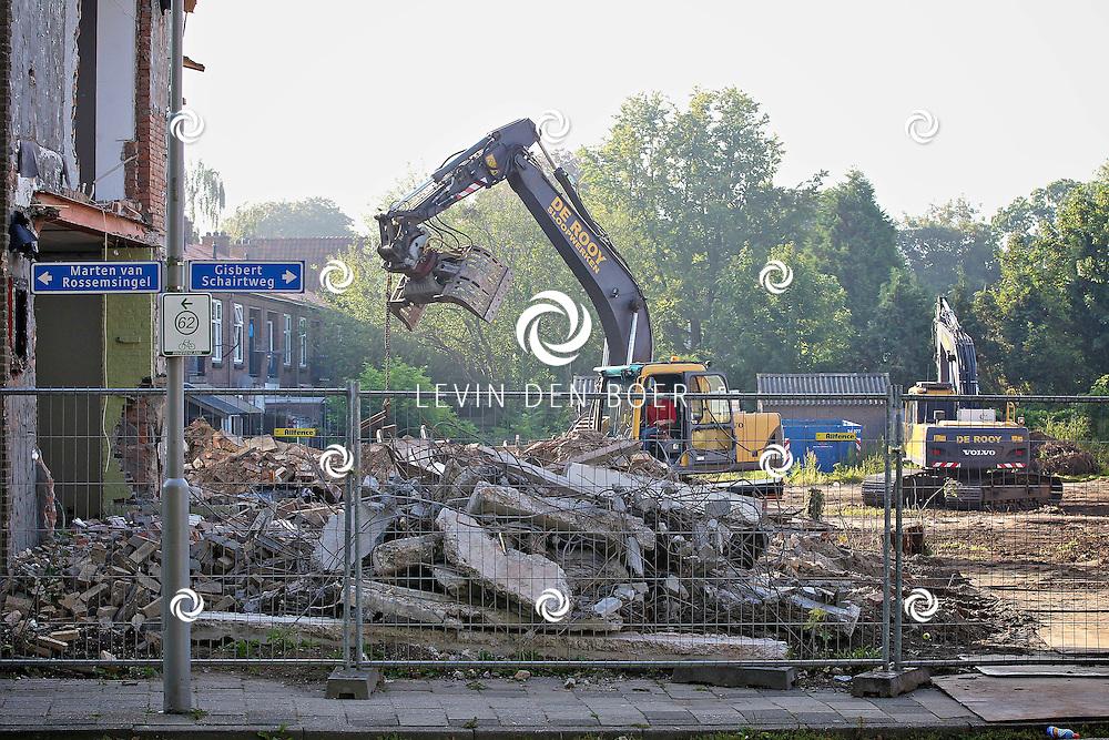 ZALTBOMMEL - De sloopwerkzaamheden aan de Johan van Oldenbarneveldstraat en de Prins van Oranjestraat zijn in volle gang. FOTO LEVIN DEN BOER - PERSFOTO.NU