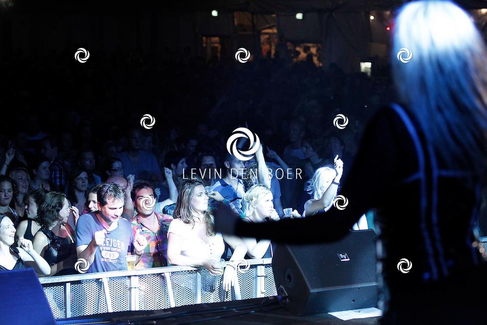 ALEM - In de grote feesttent bij het Hart van Alem is een 90's Night georganiseerd.  Met op de foto het publiek van Alempop 2011. FOTO LEVIN DEN BOER - PERSFOTO.NU