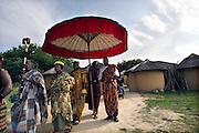 Nederland, Berg en Dal, 25-6-2006Ghanese koning opent vernieuwd  Afrikamuseum. Met zijn gevolg, waaronder de linguist met het boek verlaat hij het Ghanese dorp.Foto: Flip Franssen/Hollandse Hoogte