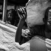A Gado, un r&eacute;fugi&eacute; centrafricain fait la queue pour recevoir sa ration de nourriture mensuelle, soit  du ma&iuml;s et de l&rsquo;huile essentiellement.<br /> La premi&egrave;re urgence pour un nouveau r&eacute;fugi&eacute; est d&rsquo;obtenir rapidement un abri individuel pour lui et sa famille et de s&rsquo;inscrire sur les registres afin de pouvoir b&eacute;n&eacute;ficier de l&rsquo;aide des organisations humanitaires pr&eacute;sentes dans le camp.<br /> Pas ou peu habitu&eacute;es &agrave; se c&ocirc;toyer en Centrafrique, certaines communaut&eacute;s apprennent &agrave; vivre ensemble.