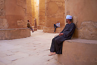 Afrique du Nord, Egypte, Louxor, Temple  de Karnak, Patrimoine mondial de l'UNESCO, Vallée du Nil, Grand Temple de Amon, Grande salle Hypostyle, 134 colonne, colonnade, gardien egyptien // Africa, Egypt, Louxor, Luxor, Temple of Karnak, west bank of the river Nile, World Heritage of the UNESCO, grand Temple of Amon, big hall hypostyle with 134 pillars of stone, egyptian man