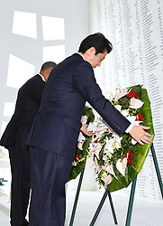 US-Präsident Barack Obama und Japans Premier Shinzo Abe beim Gedenken an die Opfer des japanischen Angriffs auf Pearl Harbor vor 75 Jahren / 271216<br /> <br /> <br /> <br /> ***Japanese Prime Minister Shinzo Abe and U.S. President Barack Obama lay wreaths at the USS Arizona Memorial at Pearl Harbor in Hawaii on Dec. 27, 2016, to commemorate those who died in the Japanese surprise attack in 1941.***